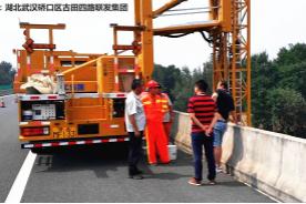 公司领导莅临武荆高速支座更换施工现场检查指导工作